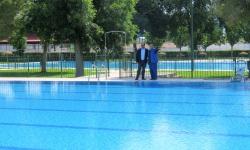 Pablo Camacho revisa la instalación junto a su encargado