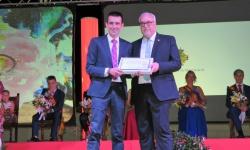Del Río recibió una placa de agradecimiento de manos del alcalde
