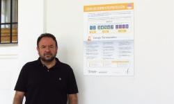 Juan López de Pablo concejal de Sanidad junto al panel informativo