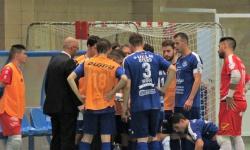Rubén Barrios da instrucciones en un tiempo muerto del partido ante el Barça