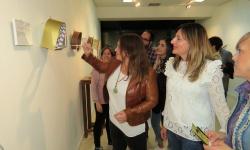 Virginia Caro muestra una se sus creaciones a las concejalas Isabel Díaz-Benito y Silvia Cebrián