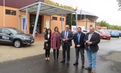 El alcalde y miembros del gobierno municipal en la entrada del Salón del Automóvil
