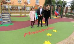 Autoridades en la nueva zona infantil con un columpio adaptado