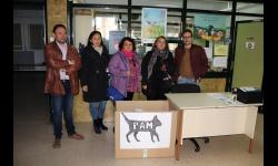El concejal de Educación y Sanidad junto a voluntarias de la Plataforma y al director del colegio Tierno Galván