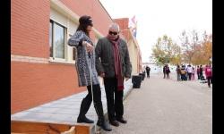 Los menores se ponen en el lugar de las personas con discapacidad en un circuito de obstáculos