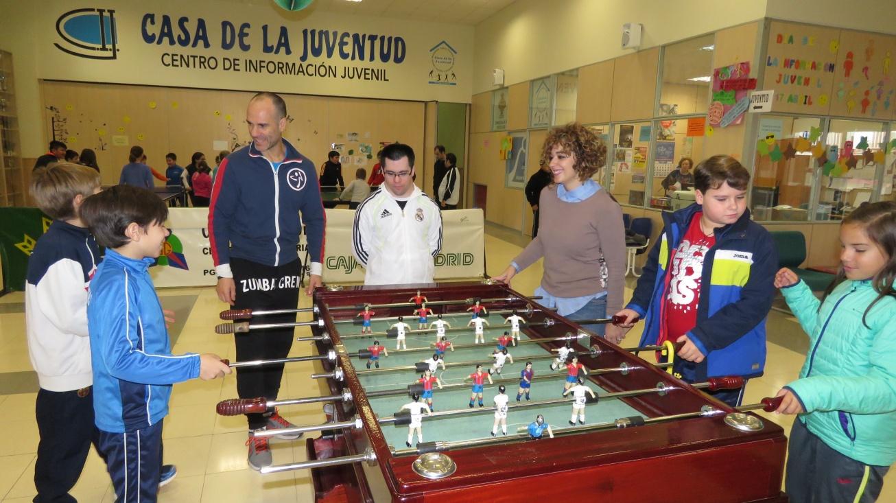 Beatriz Labián, concejala de servicios sociales en su visita a las actividades que se desarrollan con motivo del Día Internacional de Personas con Discapacidad