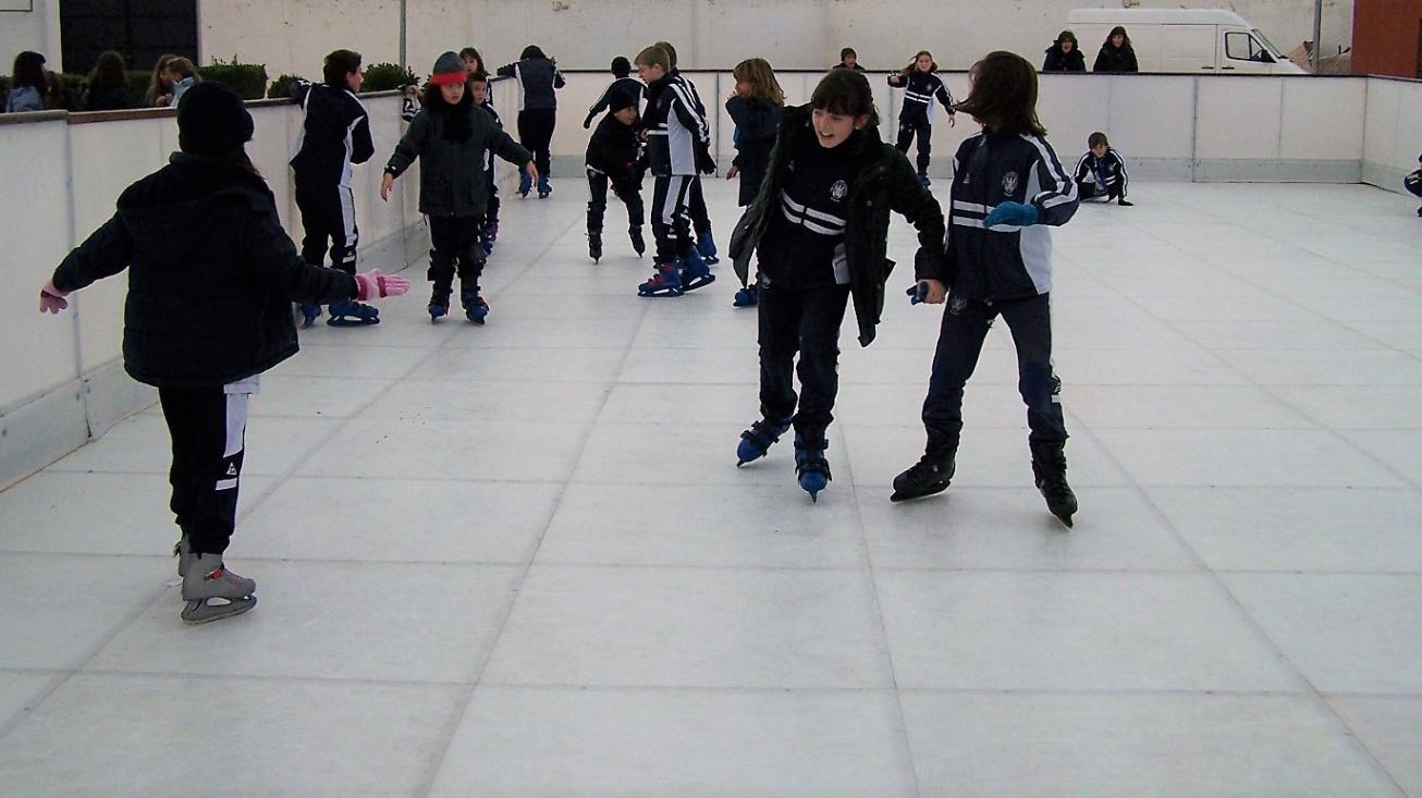 Niños y niñas disfrutando en el año 2009 de la pista instalada en La Pérgola