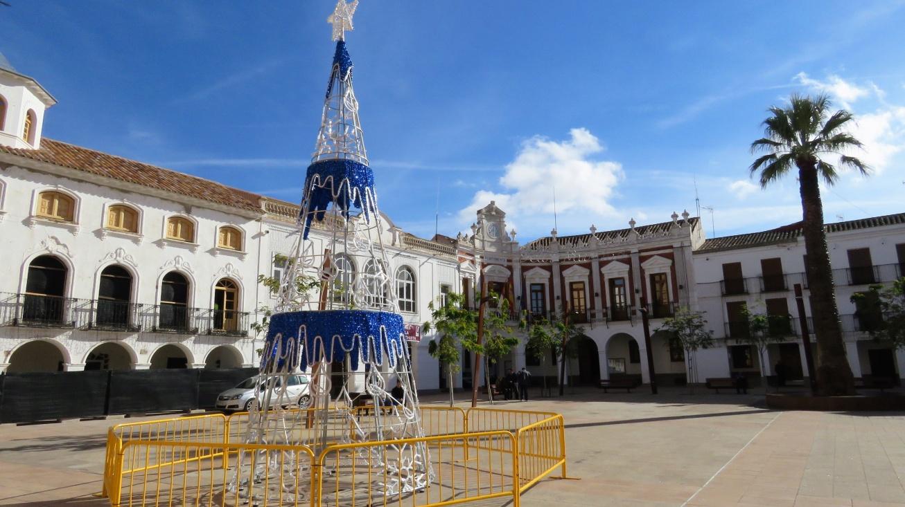 Ayuntamiento de Manzanares, al fondo
