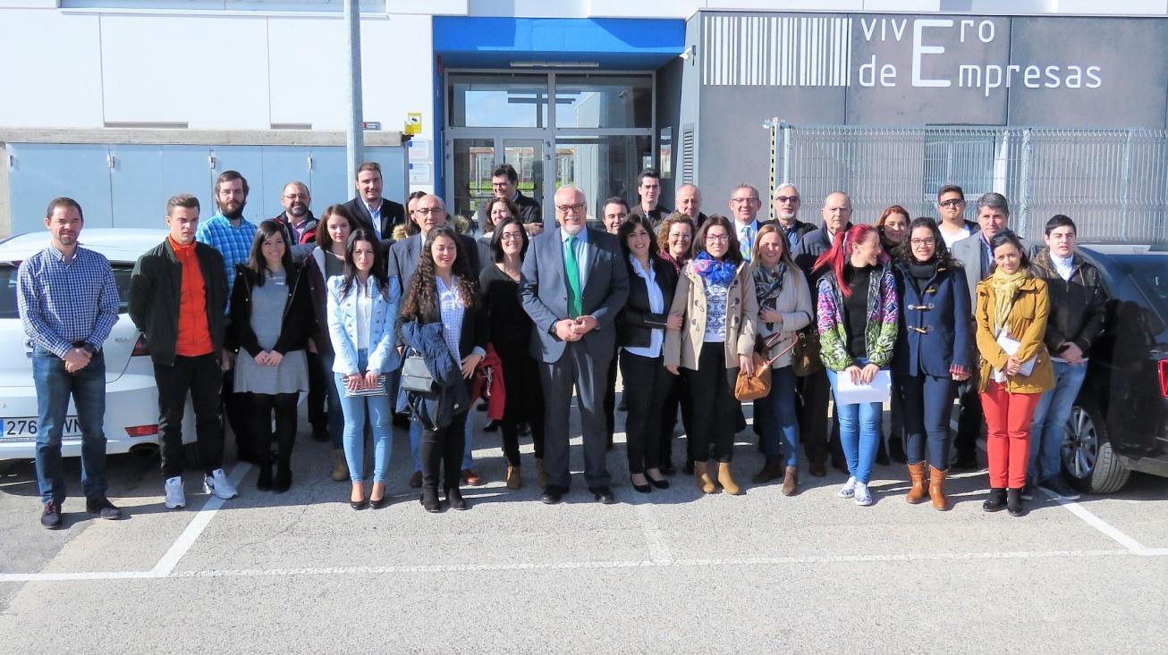 Empresas y becarios junto al alcalde y la concejala de Promoción Económica