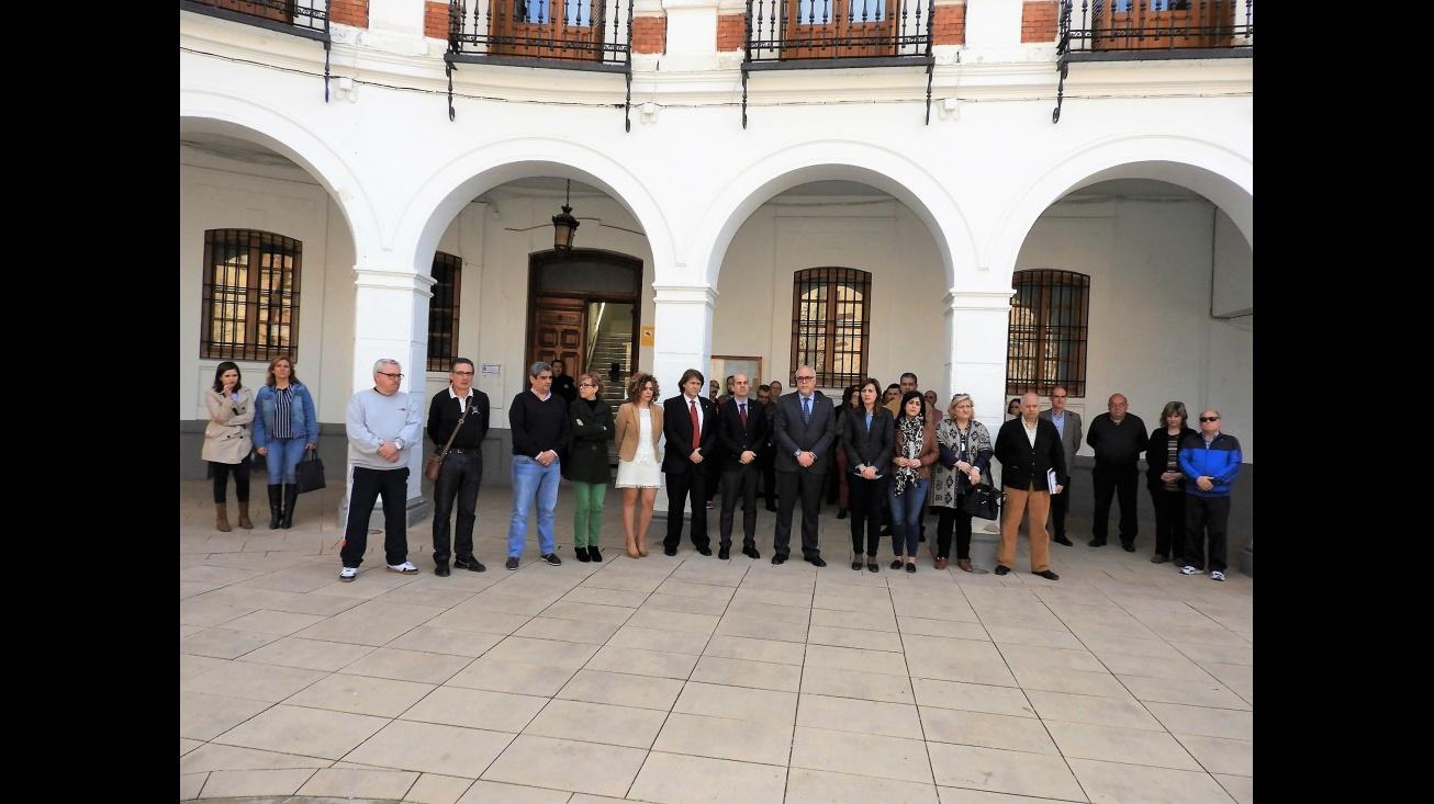 Minuto de silencio ante el Ayuntamiento de Manzanares
