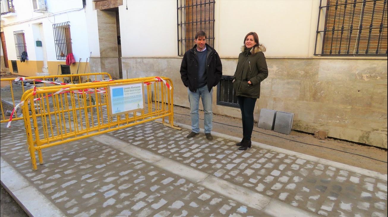 La concejala de Obras, Isabel Díaz-Benito, comprueba los trabajos en la calle Vázquez de Mella junto al responsable del servicio técnico municipal