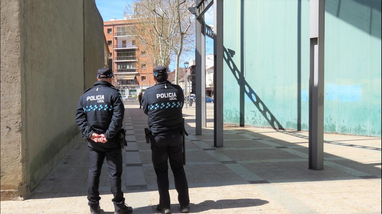 Una patrulla de la Policía Local vigila la zona del Gran Teatro