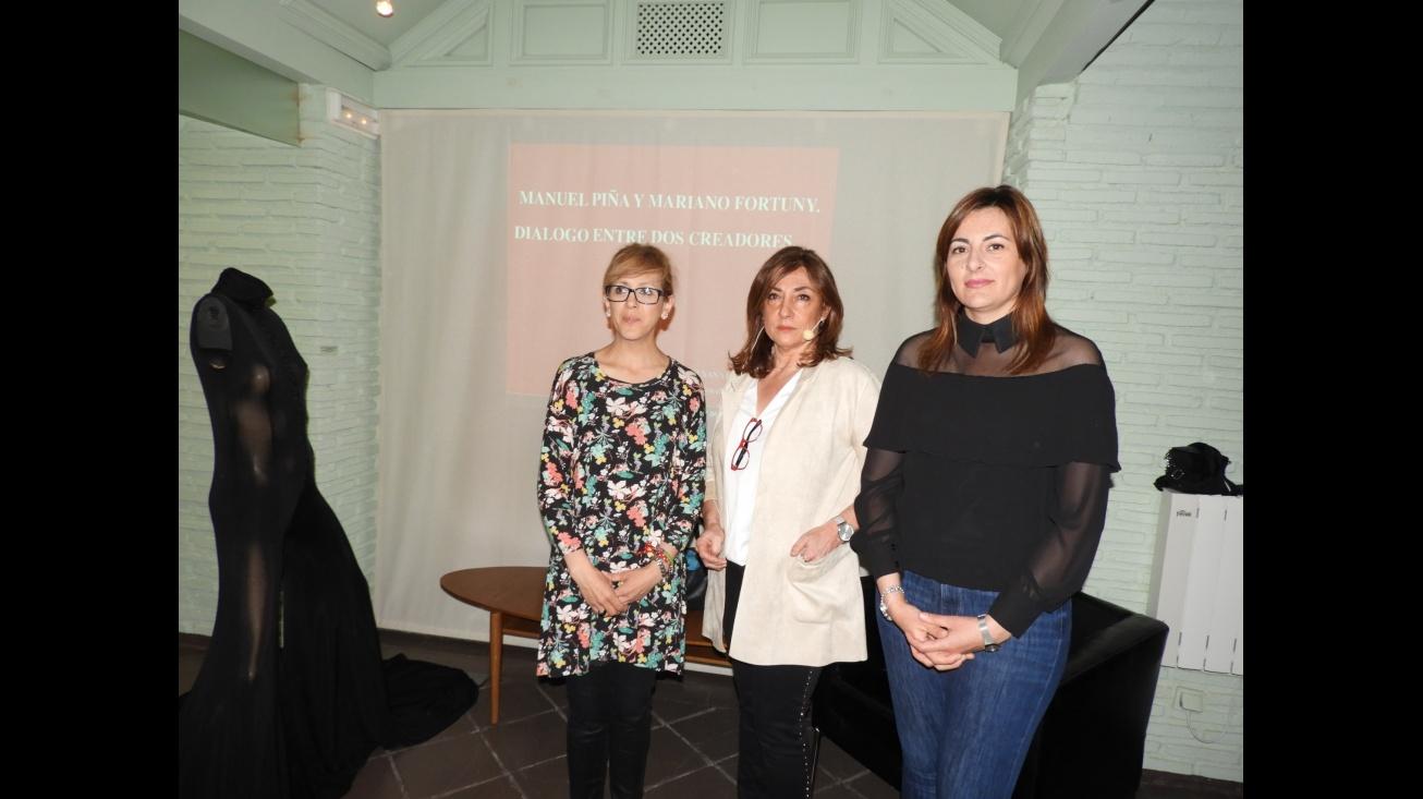 Las concejalas Silvia Cebrián e Isabel Díaz-Benito, junto a la ponente Susana Pinilla