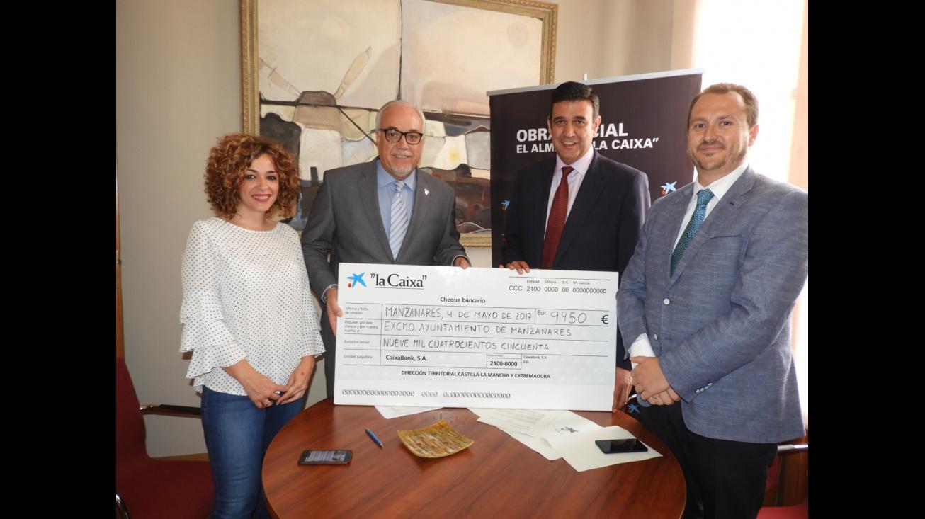 Firma del convenio entre Ayuntamiento de Manzanares y CaixaBank