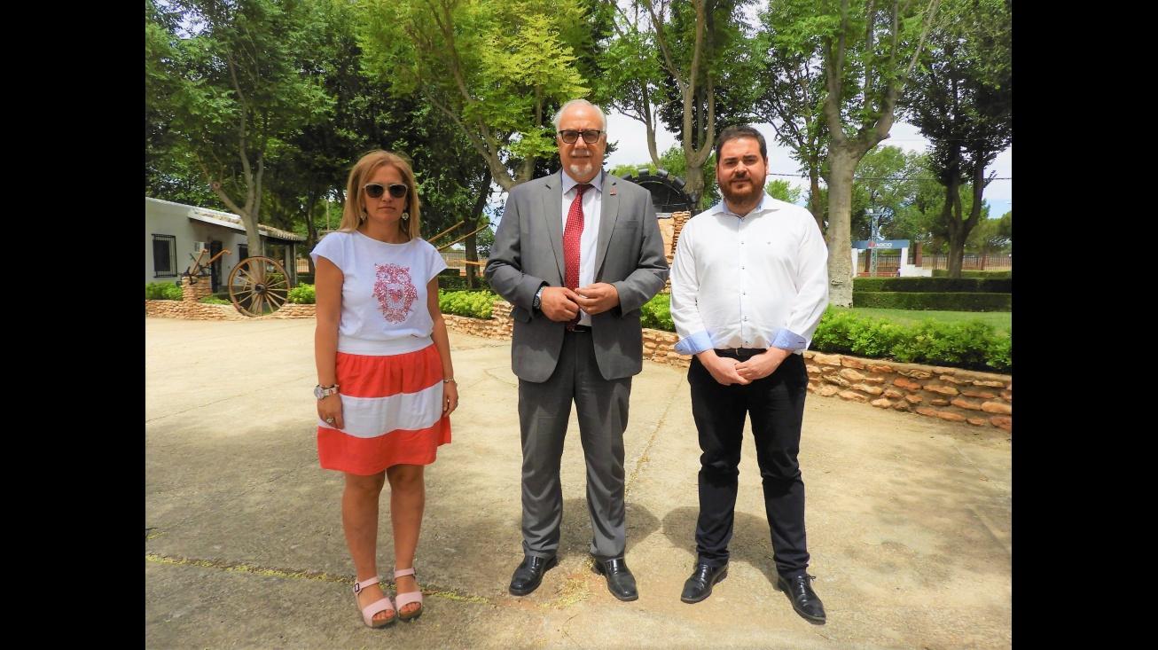 El alcalde, Julián Nieva (centro) visita las mejoras que se están realizando en el Pabellón FERCAM