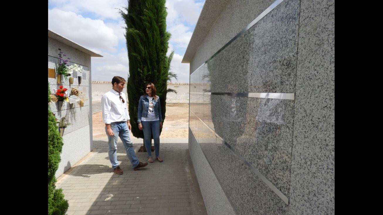 La concejala de obras, Isabel Día-Benito y el jefe del servicio técnico, Sergio Noblejas, en la visita a las obras