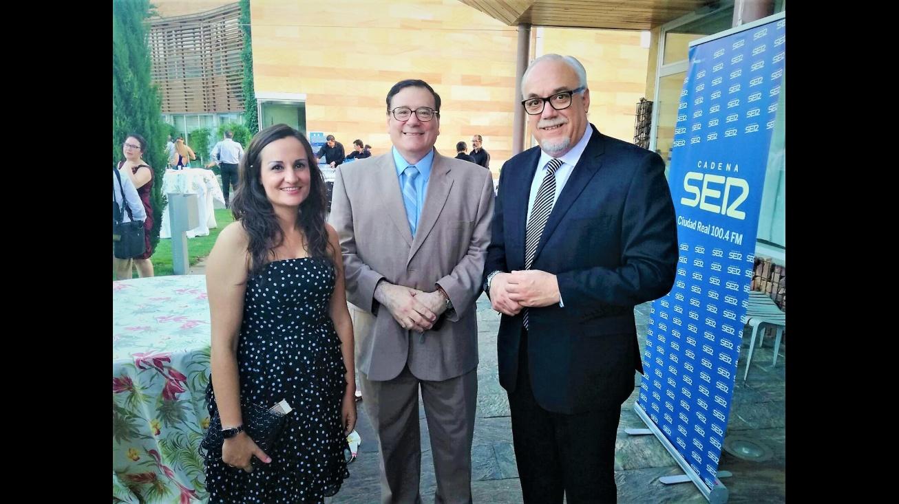 El premiado Julián Gómez-Cambronero (centro), el alcalde de Manzanares, Julián Nieva y la directora provincial de bienestar social de la JCCM, Prado Zúñiga en la entrega de premios