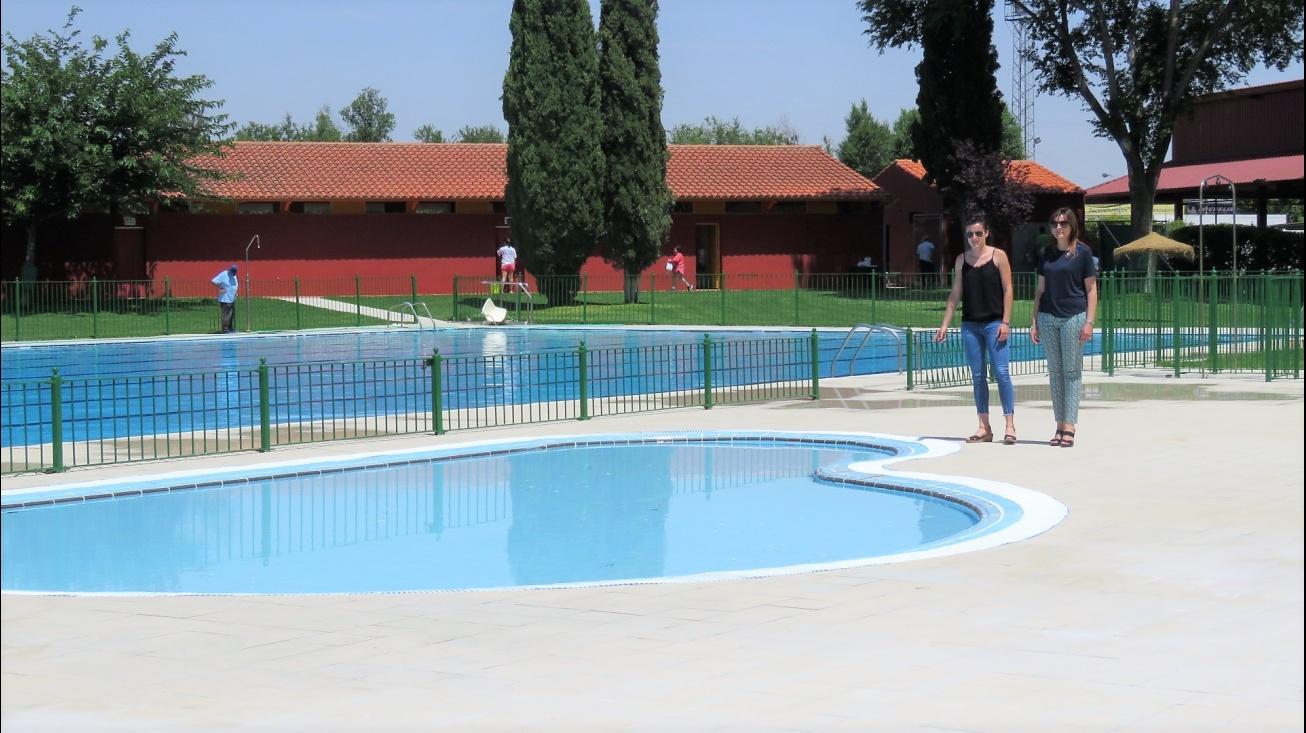 Nieto-Márquez y Díaz-Benito comprueban el resultado de las obras realizadas en la piscina municipal