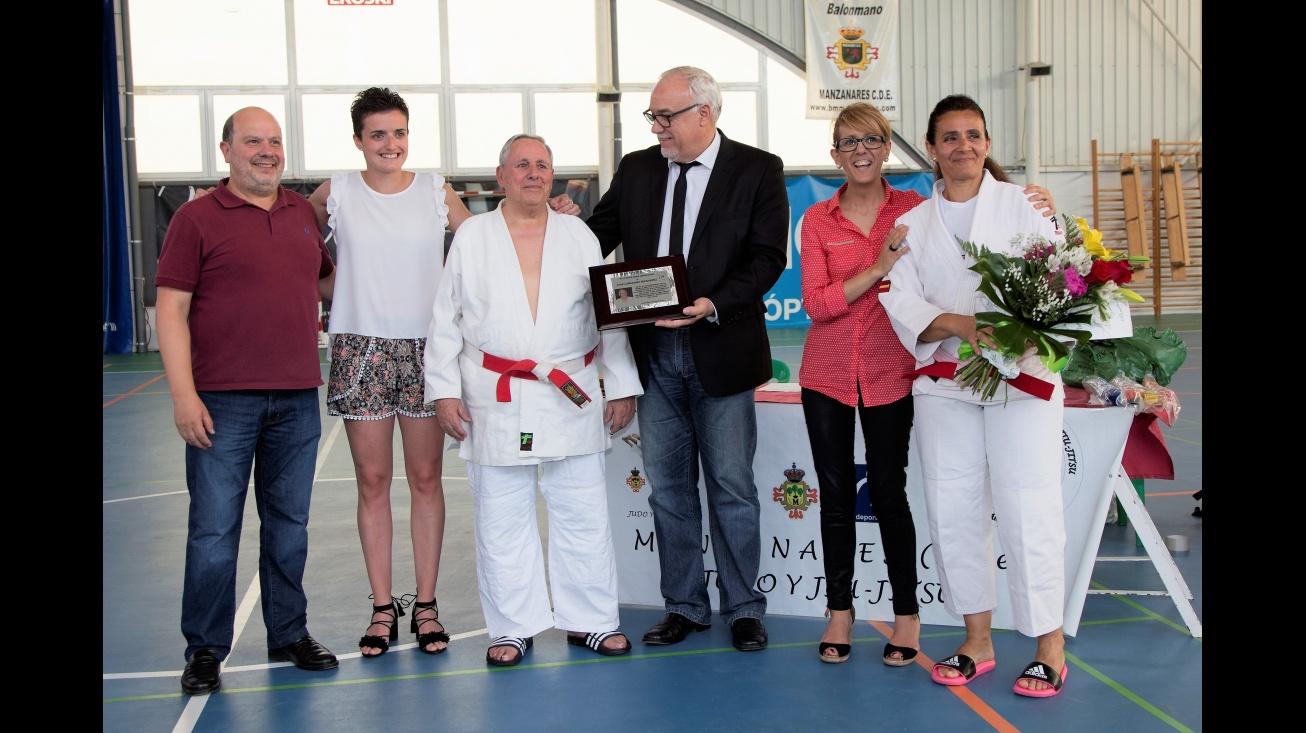 Reconocimiento al maestro José Cañizares por sus 40 años en el club de judo