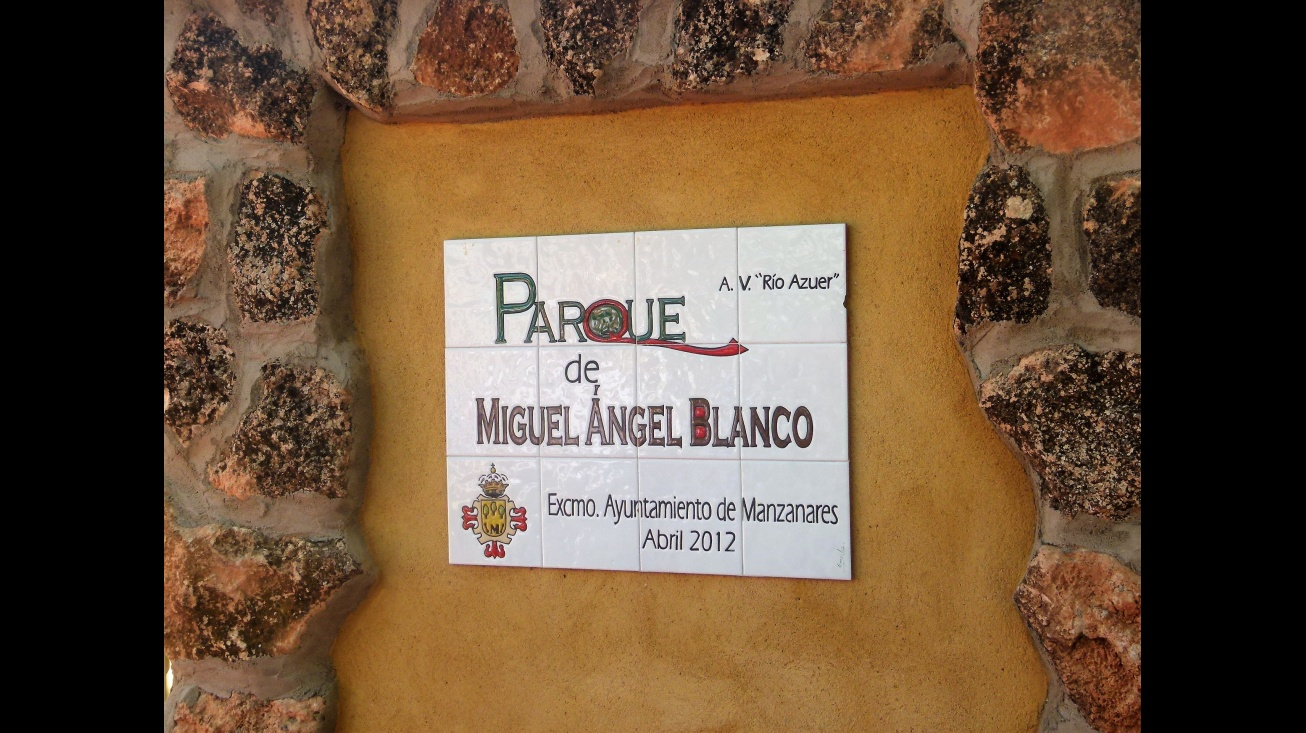 Placa que recuerda a Miguel Ángel Blanco en el parque que lleva su nombre en Manzanares
