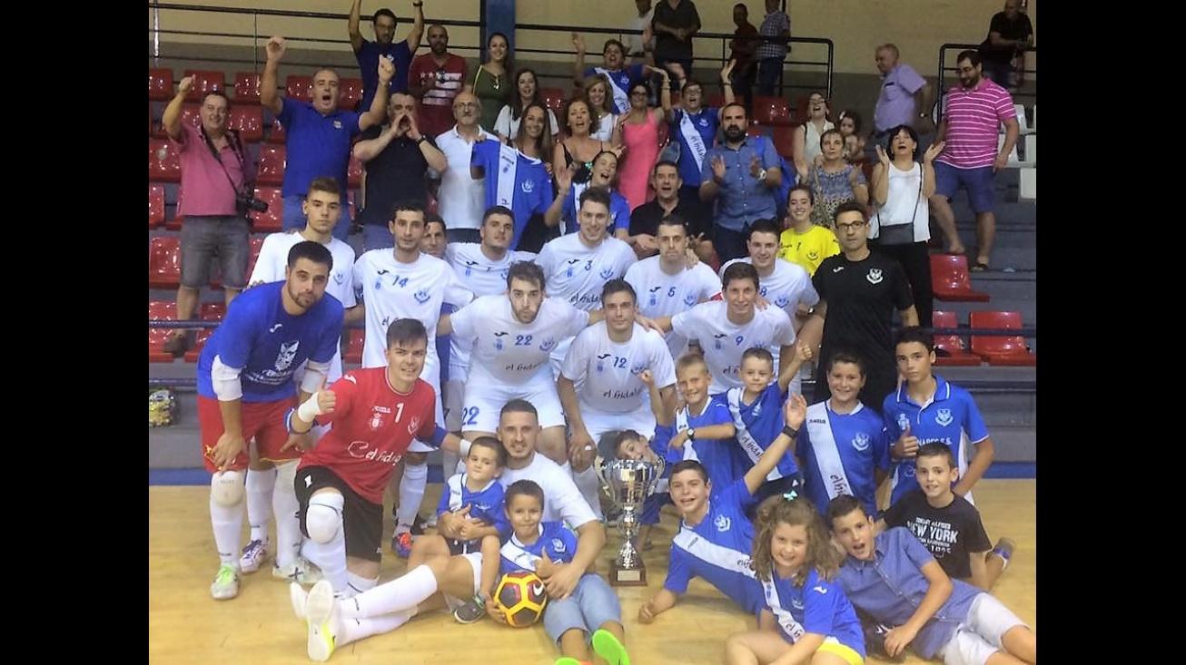 El equipo posa con el trofeo de subcampeón junto a afición manzanareña