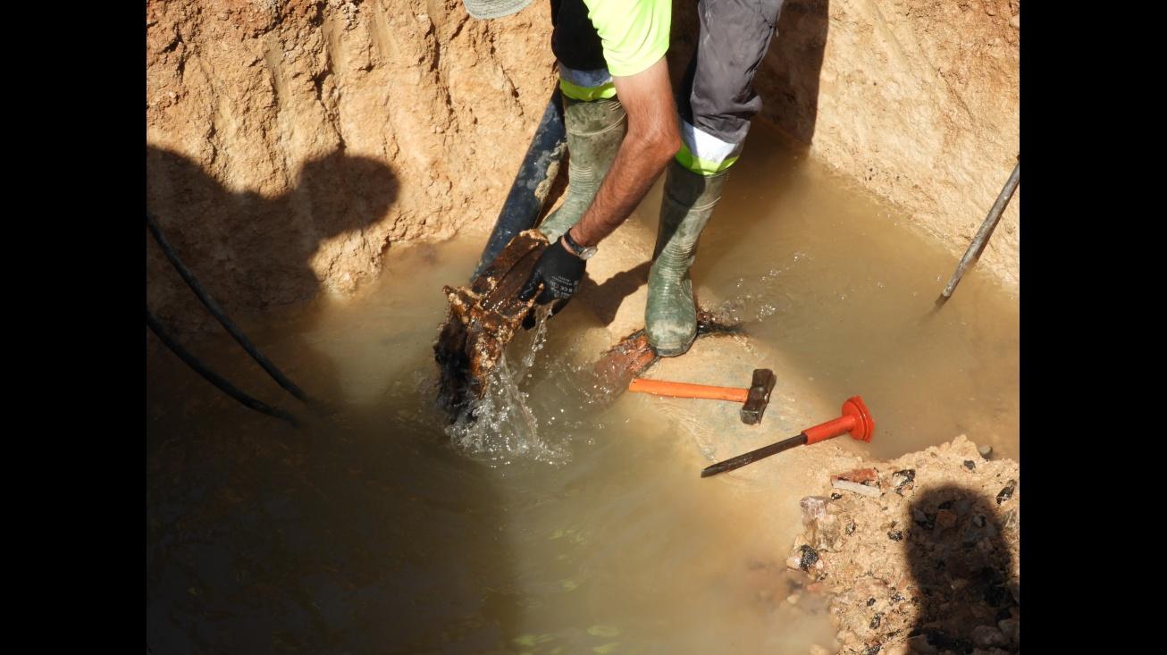 Avería de la tubería general de abastecimiento de agua potable en Manzanares