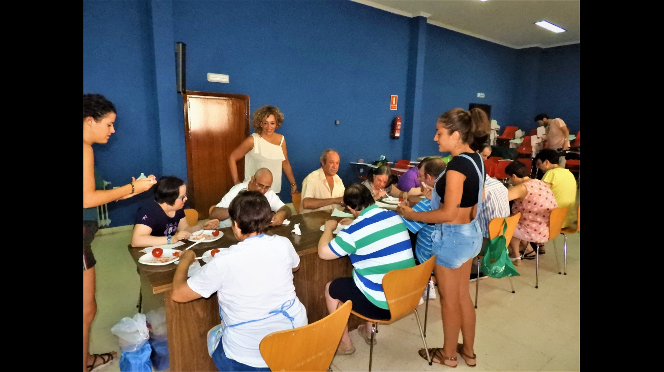 Beatriz Labián, concejala de bienestar social en el taller de cocina con usuarios del centro ocupacional