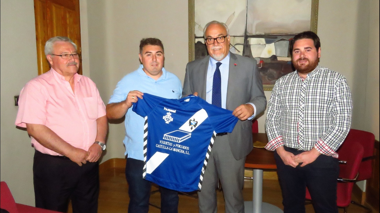 Eugena, Márquez, Nieva y Camacho posan con la nueva camiseta del Manzanares CF