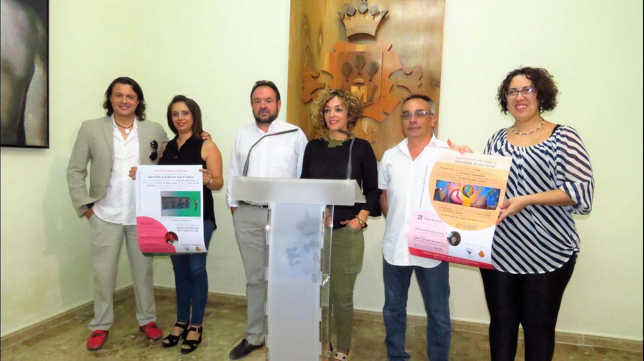 Representantes de Estímate junto al concejal de Sanidad, Juan López de Pablo, y la concejala de Servicios Sociales, Beatriz Labián