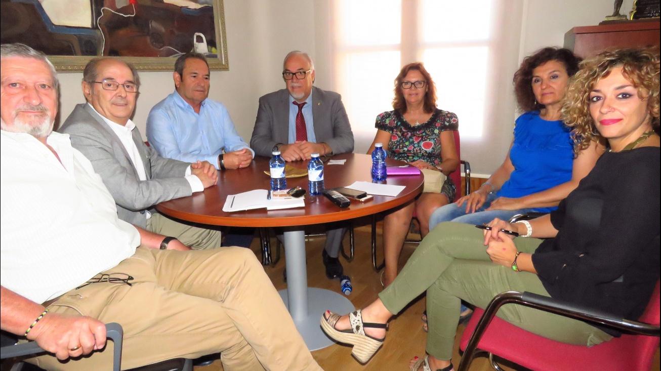 Representantes de la AECC con Nieva y Labián