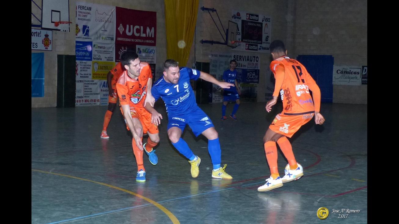 Chino intenta zafarse de dos rivales del Burela. Foto: Romero