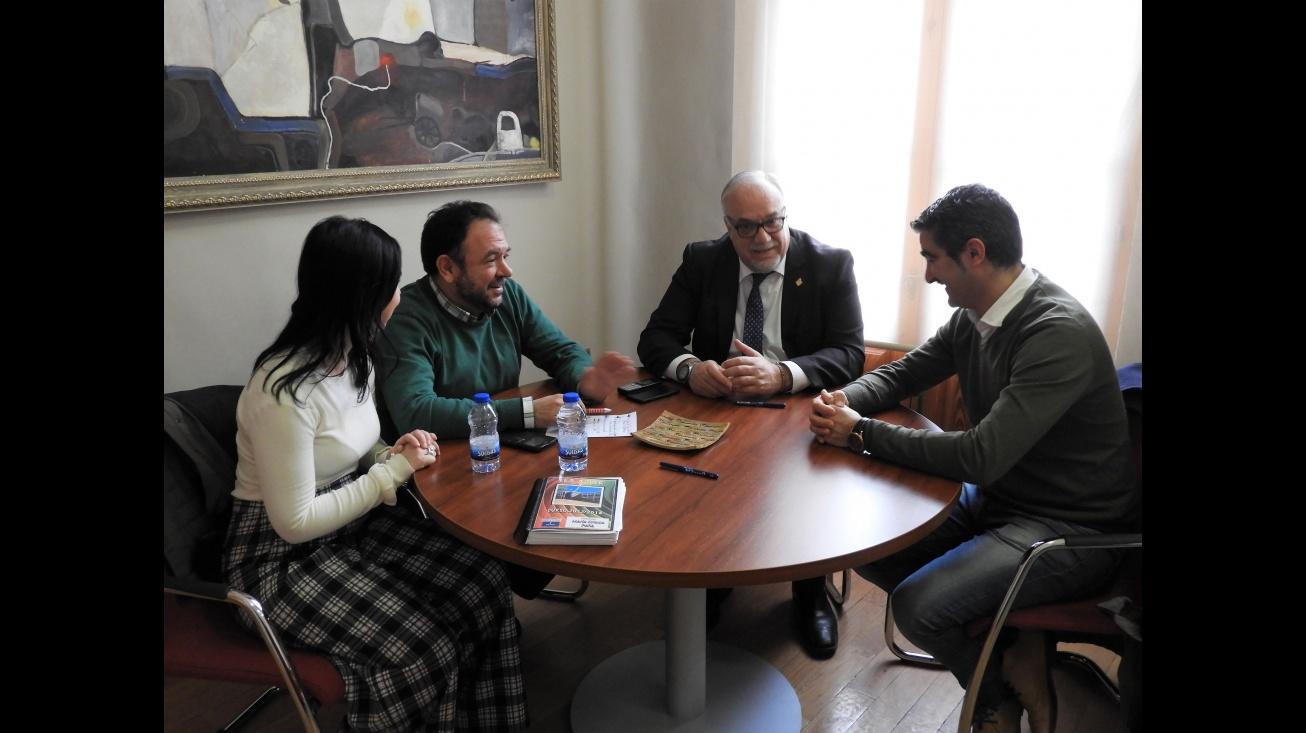 El alcalde y el concejal de Educación junto a representantes del IES Azuer