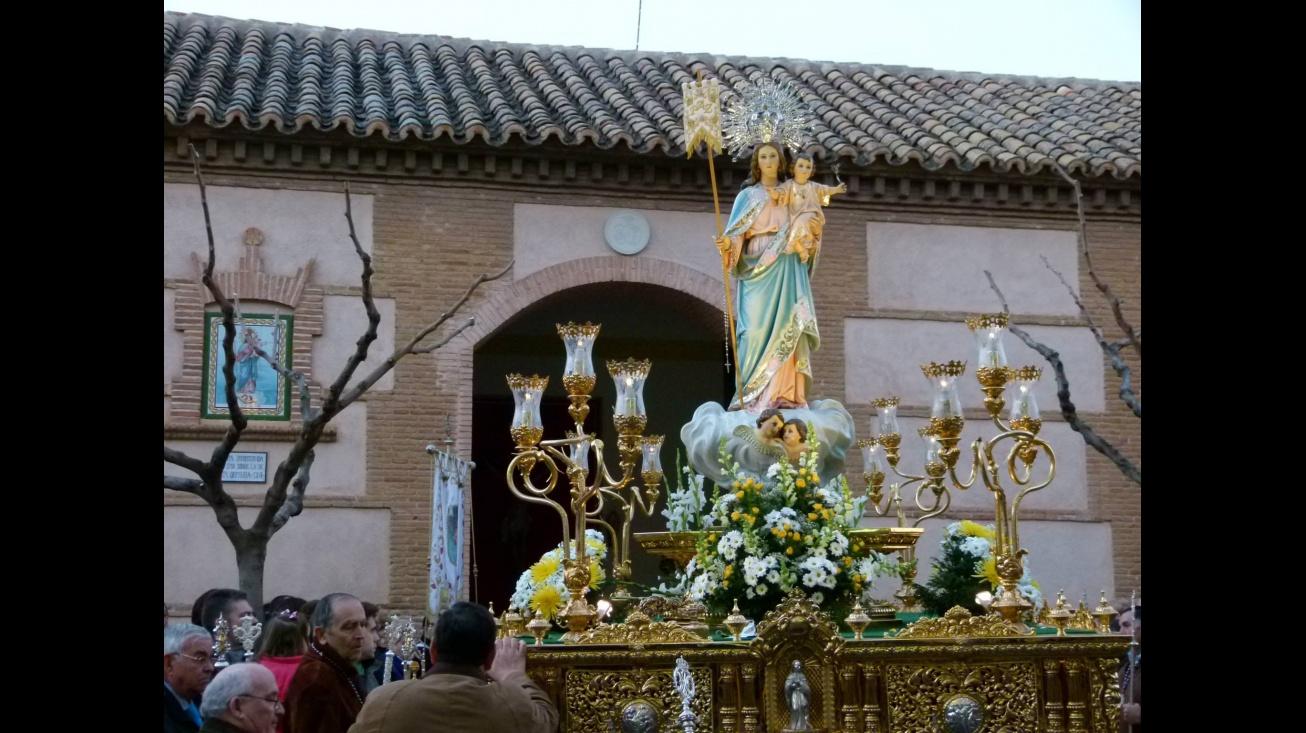 Imagen de la Virgen de la Paz saliendo de su ermita