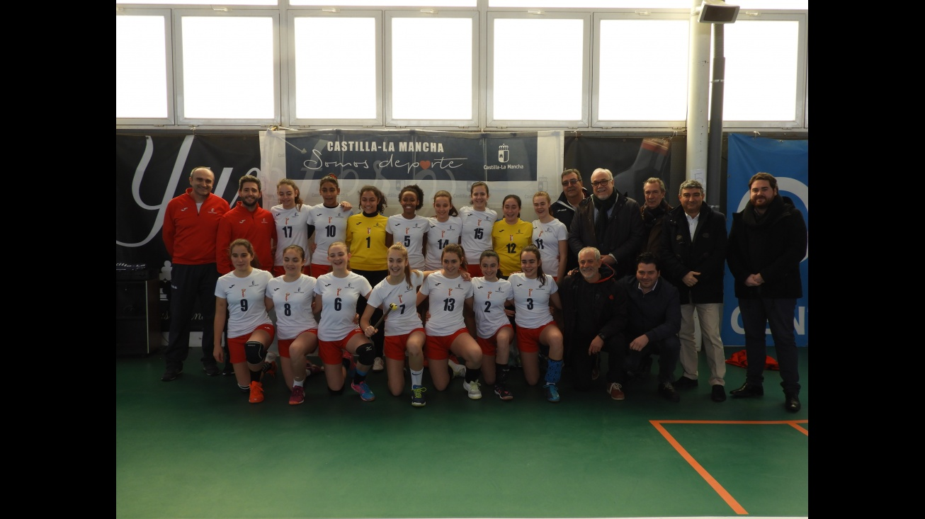 El equipo femenino junto a las autoridades durante el homenaje