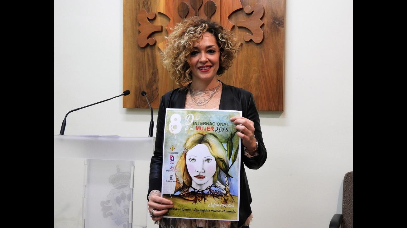 Beatriz Labian muestra el cartel anunciador del Día Internacional de la Mujer