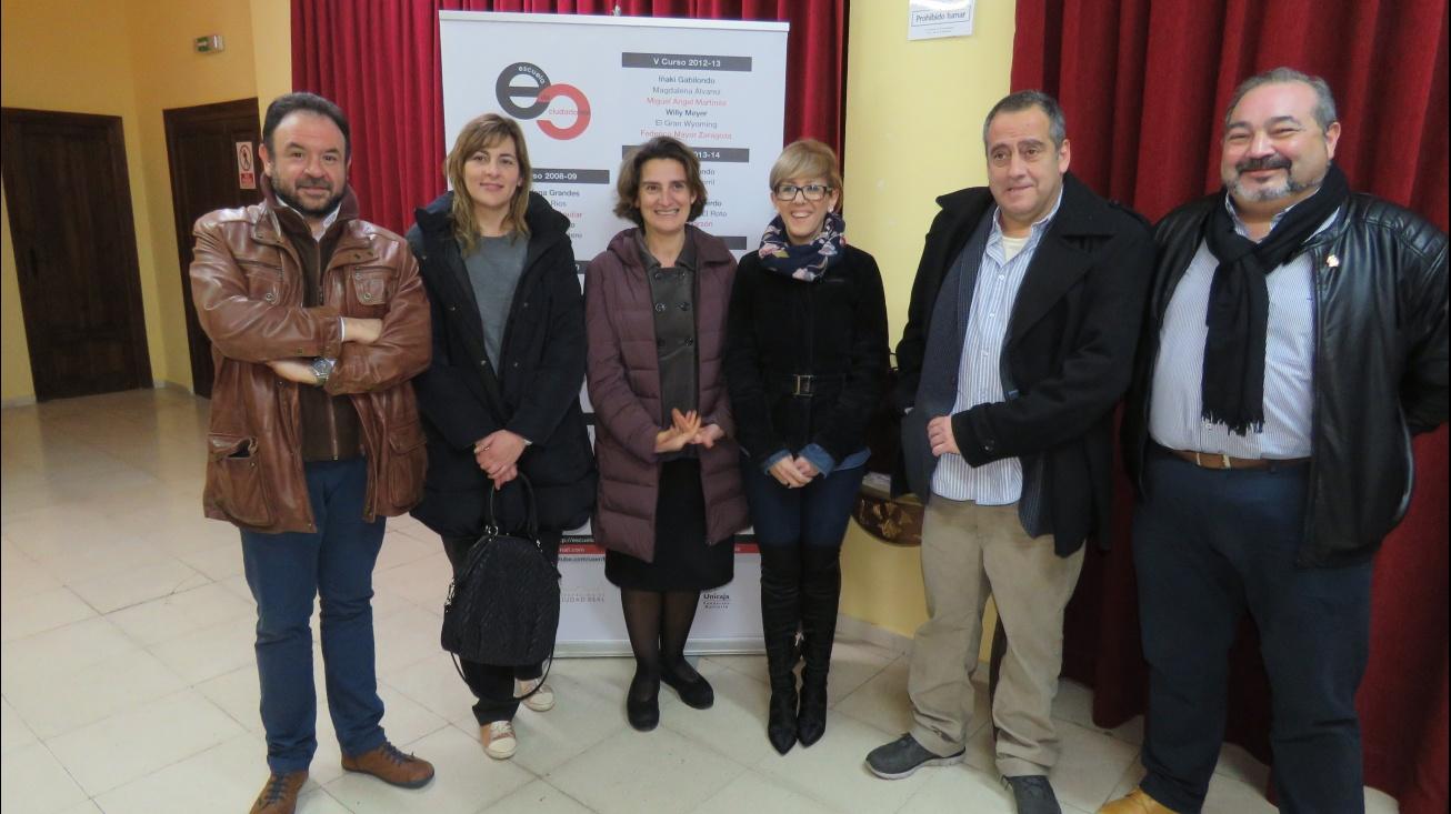 Teresa Ribera y Javier Sampedro junto a concejalas y concejales del equipo de gobierno de Manzanares