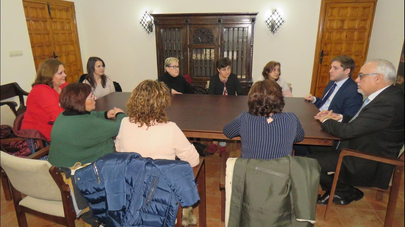 El alcalde y el portavoz regional junto a una representación de las trabajadoras afectadas