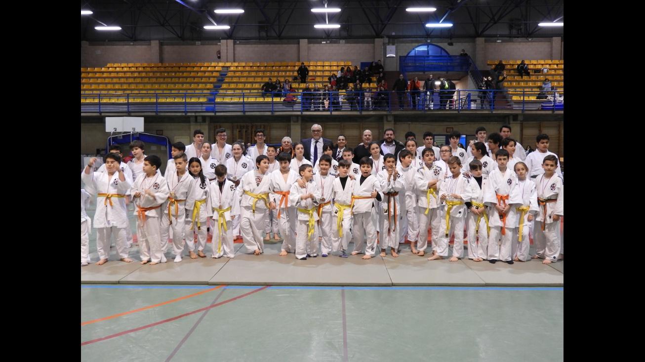 Foto grupal de participantes y autoridades