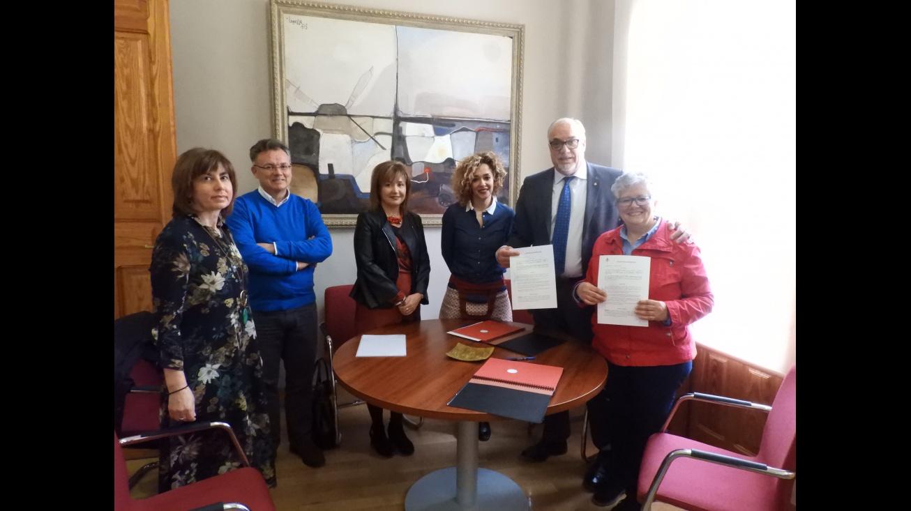 El alcalde y la presidenta provincial rubrican el convenio en el Ayuntamiento