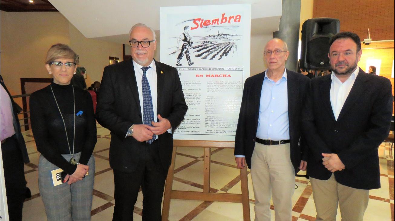El alcalde y miembros del equipo de Gobierno junto al director de Siembra y su primera portada