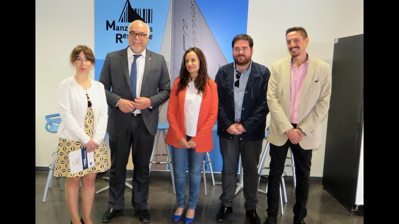 Zúñiga con representantes de Inciso junto al alcalde y concejal de Persona