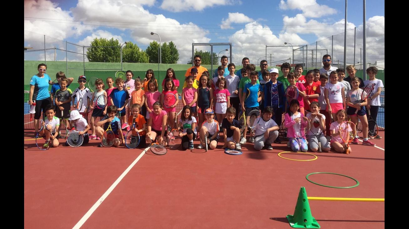 Participantes en la clausura de la Escuela Municipal de Tenis