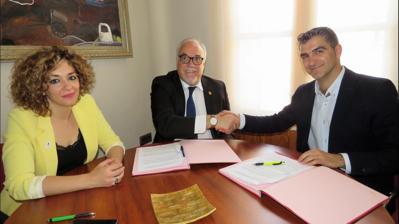 Firma del convenio entre el Ayuntamiento y el IES Azuer