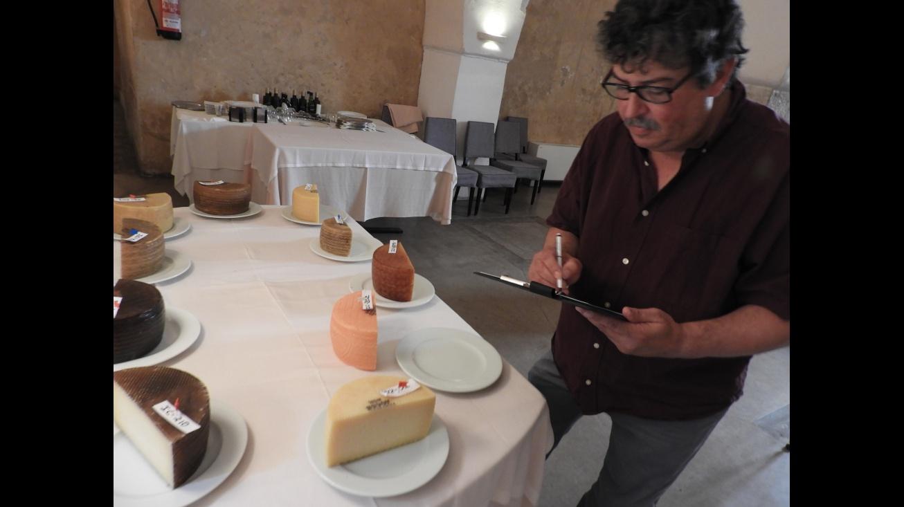 El catador Juan Luis Parejo valora visualmente las muestras