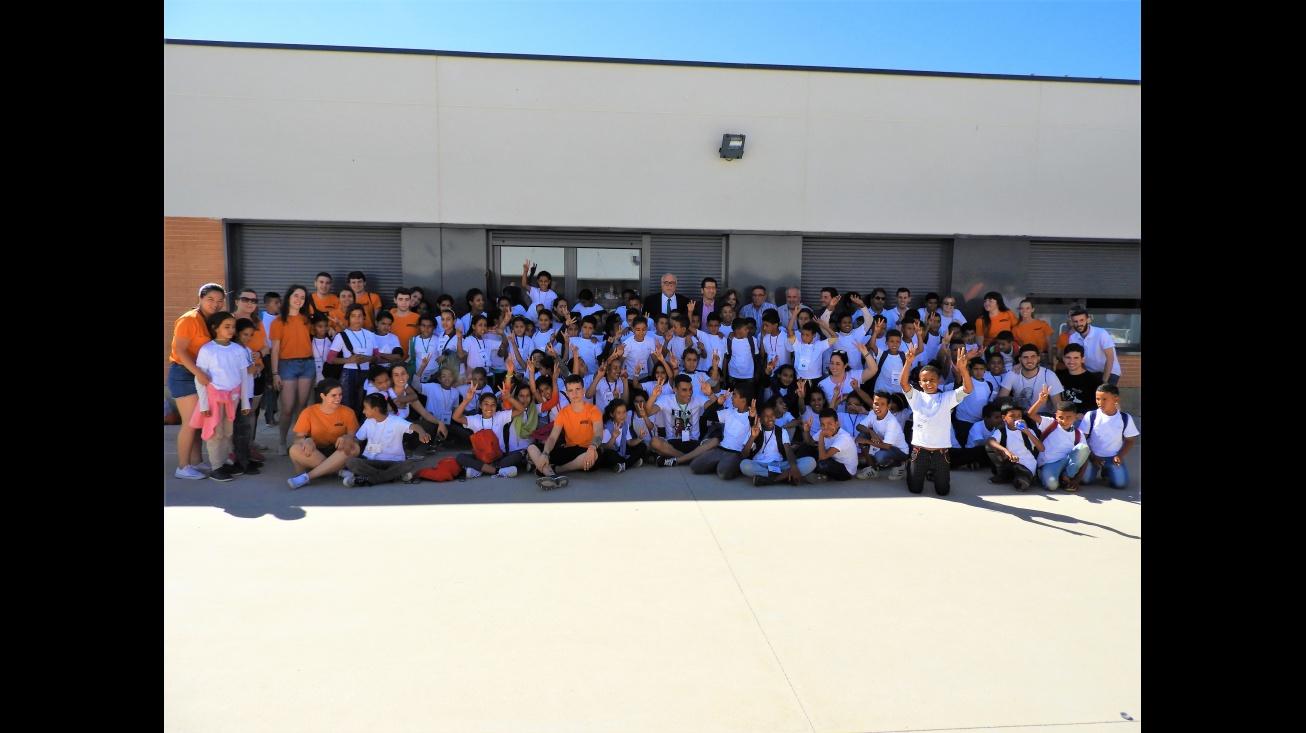 Los niños y niñas han sido recibidos por el alcalde y el presidente de la Diputación en el colegio Divina Pastora