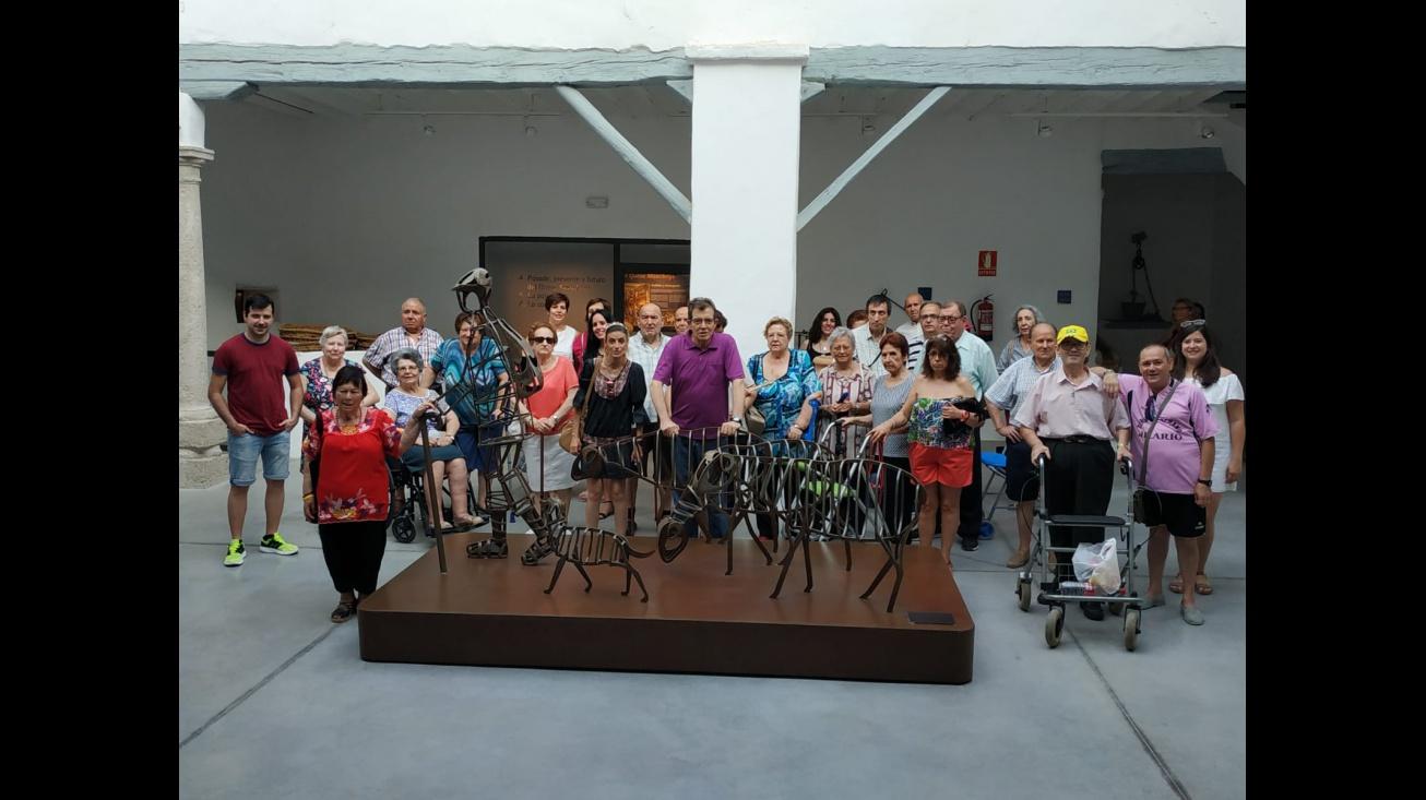 Los usuarios y usuarias visitan los museos locales como parte de sus actividades complementarias socioculturales