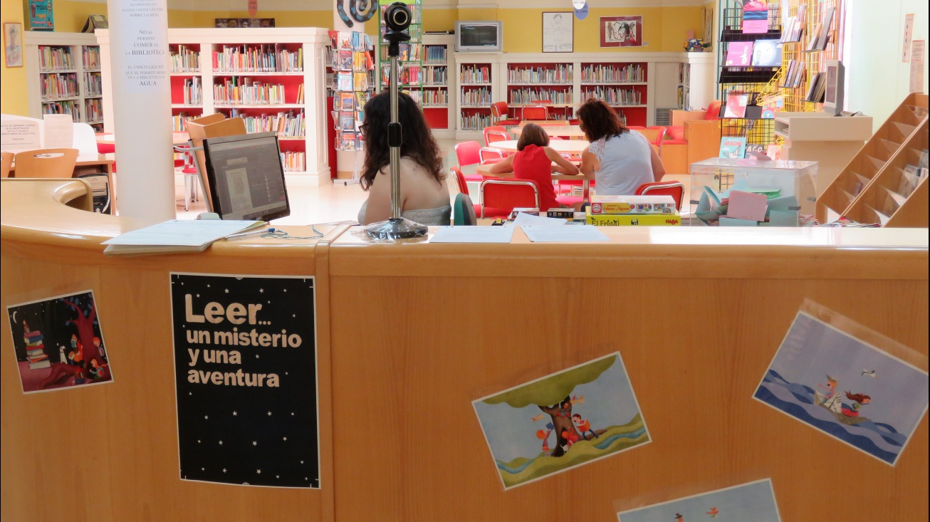 Mostrador de entrada de la sala infantil de la biblioteca municipal
