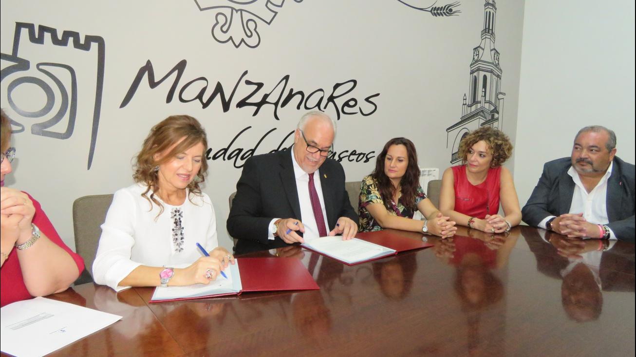 Momento de la firma del convenio entre Sánchez y Nieva