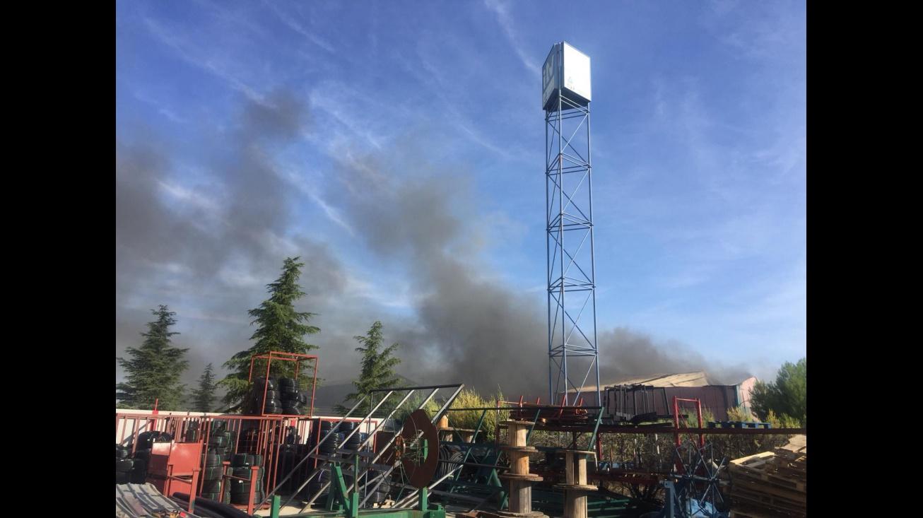 Columna de humo desde la nave afectada