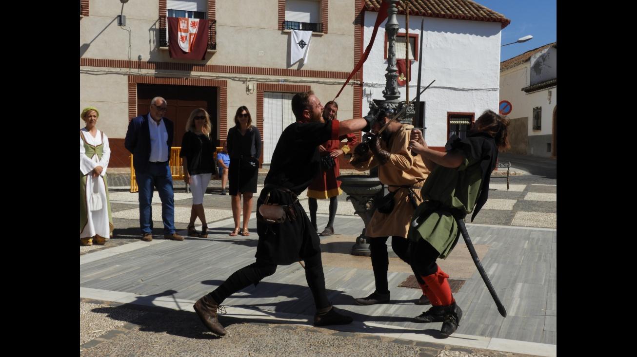 Momento de un teatro callejero en el Campamento Medieval